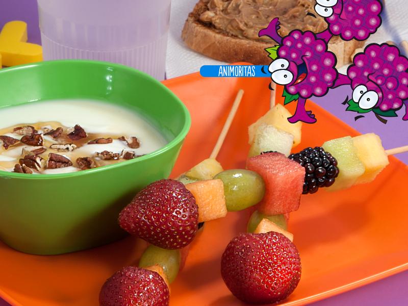 Banderillas de fruta y yogurt.