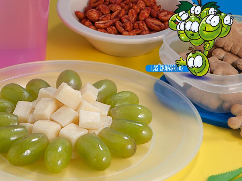 Cuadritos de queso con uvas
