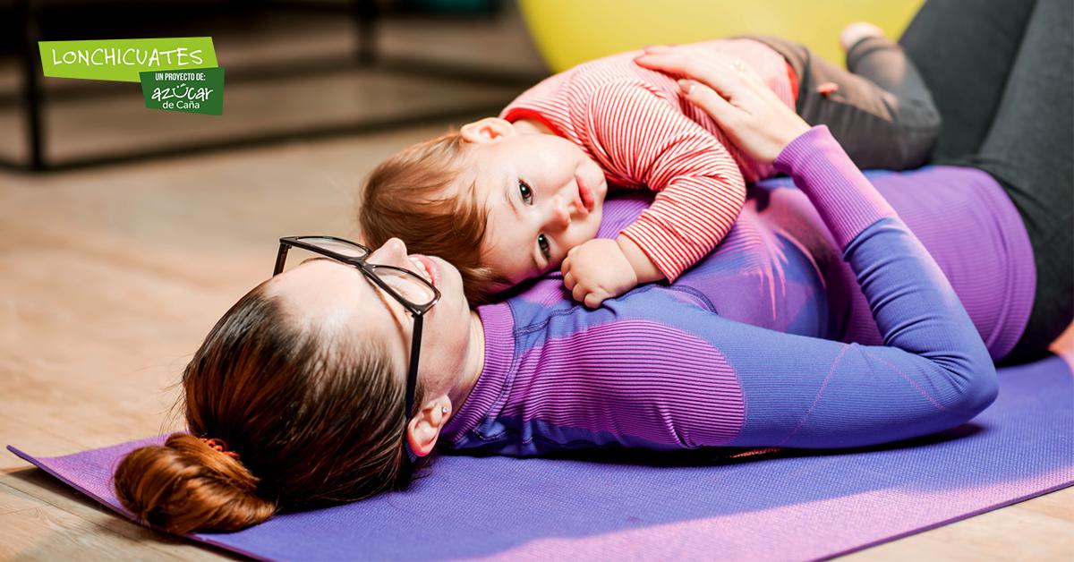 Por qué los bebés y sus padres pueden beneficiarse de hacer yoga
